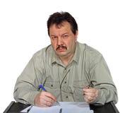 Hombre detrás del escritorio Fotos de archivo