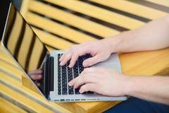 Hombre detrás del ordenador portátil en la ciudad, estilo libre, negocio moderno fotografía de archivo libre de regalías