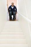 Hombre discapacitado atrapado en la parte inferior de escaleras Imagen de archivo