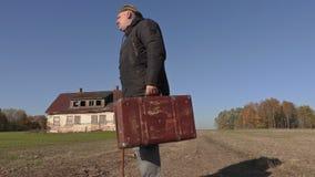Hombre discapacitado con el bastón y la maleta que camina al hogar almacen de video