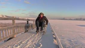 Hombre discapacitado en el primer de la impulsión de la silla de ruedas metrajes