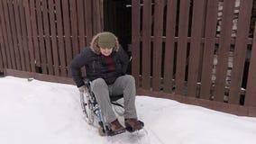 Hombre discapacitado en la silla de ruedas que intenta entrar en el granero almacen de video