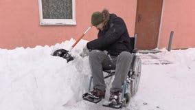 Hombre discapacitado en luchas de la bola de la nieve de la silla de ruedas almacen de video