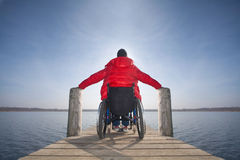 Hombre discapacitado en silla de ruedas fotografía de archivo