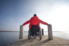 Hombre discapacitado en silla de ruedas imagenes de archivo