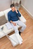 Hombre discapacitado que habla en el teléfono móvil imagenes de archivo