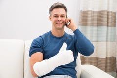 Hombre discapacitado que habla en el teléfono móvil imagen de archivo