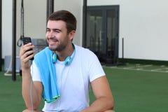 Hombre distraído con el teléfono móvil en el gimnasio foto de archivo