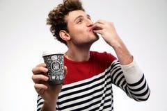 Hombre divertido con café foto de archivo