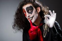 Hombre divertido con el esqueleto Fotografía de archivo libre de regalías