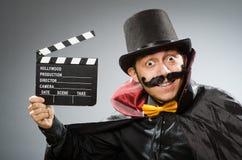 Hombre divertido con la tablilla de la película foto de archivo libre de regalías