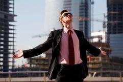 Hombre divertido con los brazos outstretched Imágenes de archivo libres de regalías