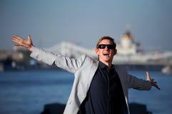 Hombre divertido con los brazos outstretched Fotos de archivo libres de regalías