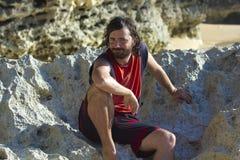 Hombre divertido de la cara en la playa Foto de archivo libre de regalías