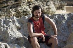 Hombre divertido de la cara en la playa Fotografía de archivo