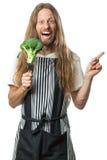 Hombre divertido del hippie que sostiene el bróculi en una bifurcación fotos de archivo