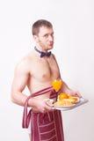 Hombre divertido en un delantal con el desayuno imagen de archivo libre de regalías