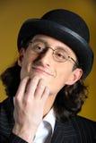 Hombre divertido en vidrios en juego retro Imagen de archivo