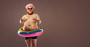 Hombre divertido gordo en un anillo inflable Fotos de archivo libres de regalías