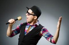 Hombre divertido que canta en Karaoke Imágenes de archivo libres de regalías