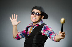 Hombre divertido que canta en Karaoke Fotografía de archivo libre de regalías