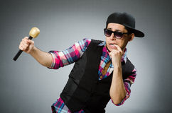 Hombre divertido que canta en Karaoke Imagenes de archivo