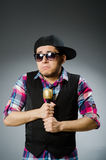 Hombre divertido que canta en Karaoke Imagen de archivo