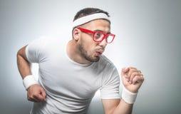 Hombre divertido que hace aeróbicos Imágenes de archivo libres de regalías