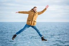 Hombre divertido que salta con el fondo del mar Fotografía de archivo