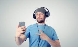 Hombre divertido que se fotografía en un smartphone Imagen de archivo