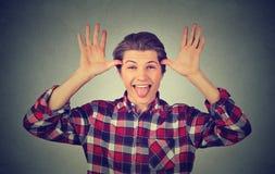 Hombre divertido que se pega la lengua hacia fuera Fotografía de archivo libre de regalías
