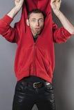 Hombre divertido 40s que actúa tonto con sudadera con capucha encima de su cabeza Foto de archivo