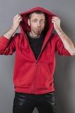 Hombre divertido 40s que es tonto con sudadera con capucha encendido Fotografía de archivo libre de regalías