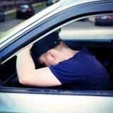 Hombre dormido en el coche Fotos de archivo