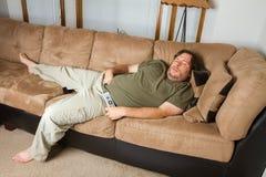Hombre dormido en el sofá Fotografía de archivo libre de regalías