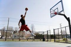 Hombre Dunking el baloncesto Foto de archivo libre de regalías