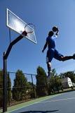 Hombre Dunking el baloncesto Imagenes de archivo