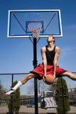 Hombre Dunking un baloncesto foto de archivo libre de regalías