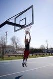 Hombre Dunking un baloncesto fotografía de archivo libre de regalías
