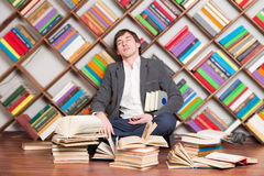 Hombre durmiente cansado en la biblioteca Foto de archivo libre de regalías