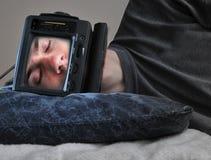 Hombre durmiente de la TV Imagen de archivo