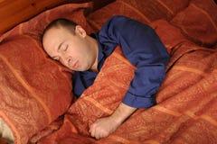 Hombre durmiente en cama Fotografía de archivo libre de regalías