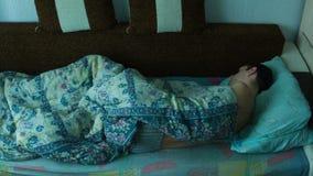 Hombre durmiente en lapso de tiempo de la cama metrajes