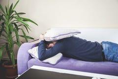 Hombre durmiente en sofá fotografía de archivo