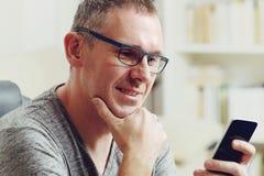 Hombre duro de oído con el audífono foto de archivo libre de regalías