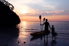 Hombre e hija kayaking en la playa Imágenes de archivo libres de regalías