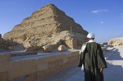 Hombre egipcio cerca de la pirámide de Saqqara en Giza, El Cairo, Egipto en 02-09 imagen de archivo libre de regalías