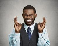 Hombre, ejecutivo empresarial que cruza sus fingeres, esperando el