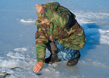 Hombre el el invierno que pesca 29 Imagenes de archivo