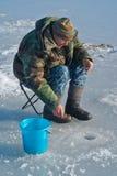 Hombre el invierno que pesca 37 imagen de archivo